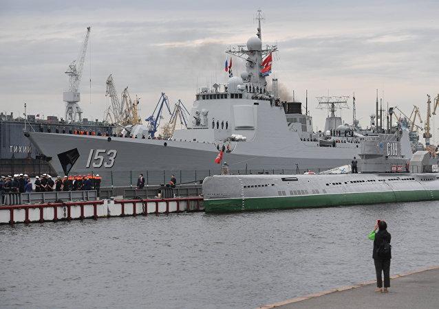 中国西安舰抵达圣彼得堡参加俄海军节阅兵式