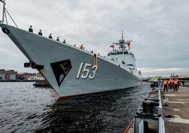 人们在圣彼得堡迎接导弹驱逐舰西安舰