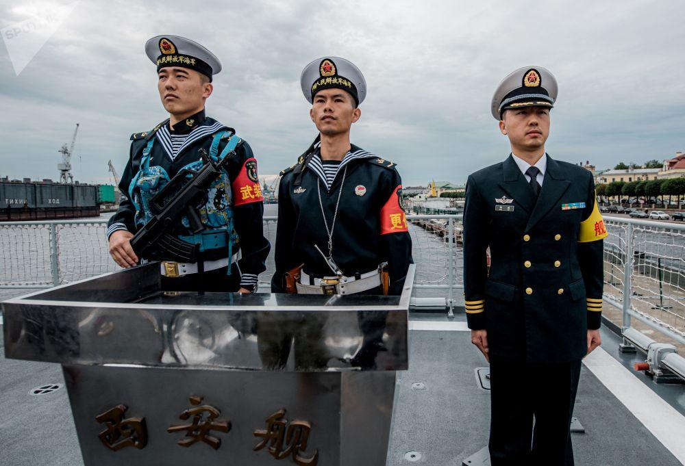 中国海军导弹驱逐舰西安舰甲板上的船员