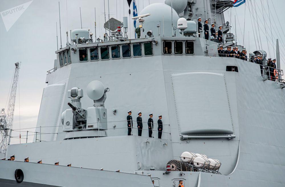 国海军导弹驱逐舰西安舰甲板上的船员