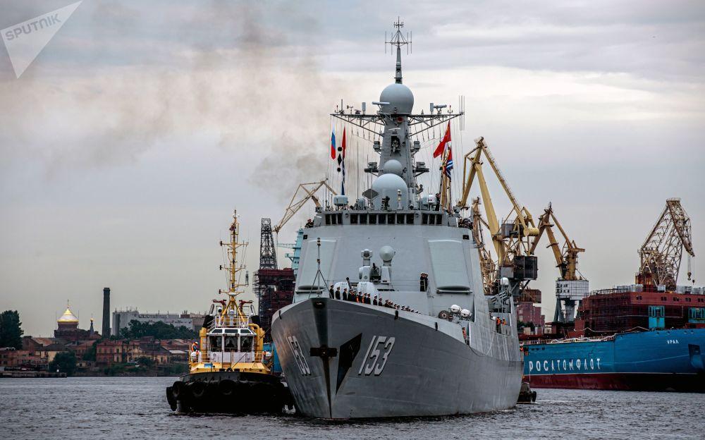 中国海军导弹驱逐舰西安舰在圣彼得堡涅瓦河上