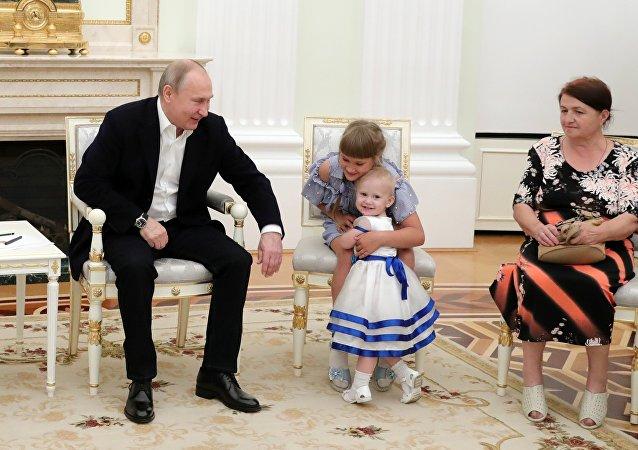 普京在克宫接见俄伊尔库斯克州洪水受灾家庭
