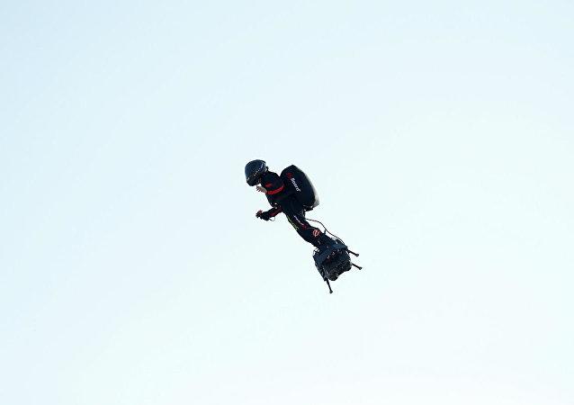 准备乘飞行滑板穿越英吉利海峡的法国人掉入海中