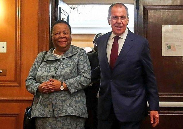 俄外长谢尔盖·拉夫罗夫与南非外长娜莱迪·潘多尔在巴西举行会晤