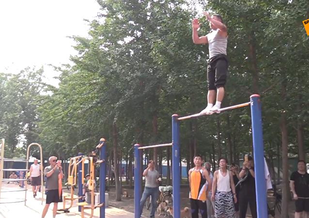 高手在民间:老爷爷公园里展示酷炫体操技艺!