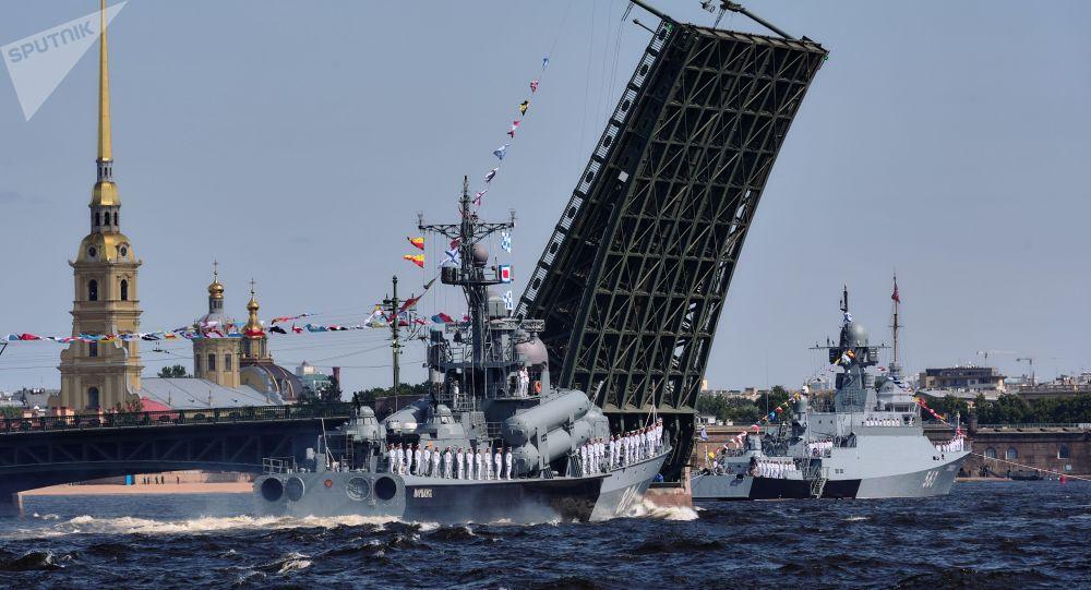 圣彼得堡举行海军日阅兵