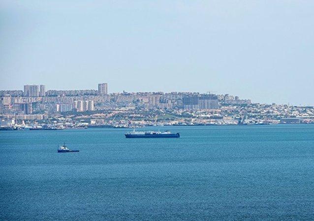 Корабли в Бакинской бухте Каспийского моря на фоне столицы Азербайджана.