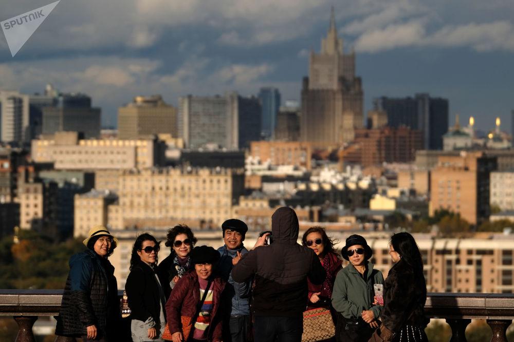 游客在莫斯科国立罗蒙诺索夫大学 的观景台上