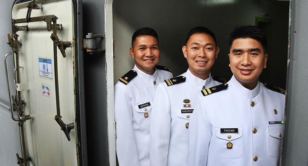 """菲律宾海军""""南达沃""""号直升机船坞登陆舰的舰员"""