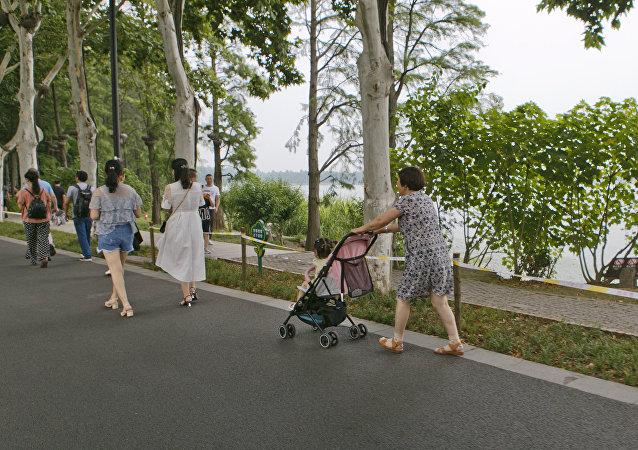 又当妈又工作:韩国学者介绍如何提高生育率