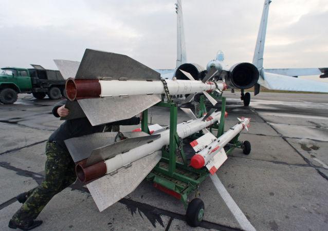 Оснащение истребителя Су-27 боевыми ракетами на аэродроме Чкаловск