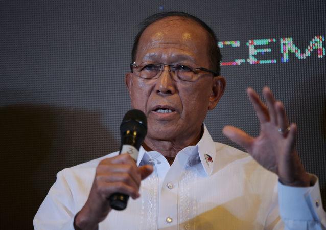 菲律宾国防部长德尔芬·洛伦扎纳