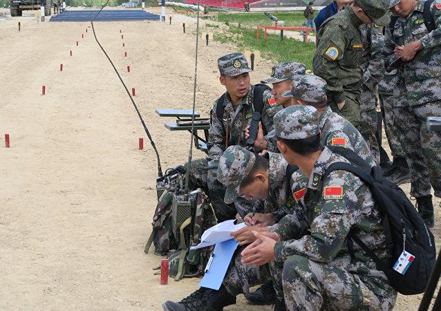 """中国队称雄""""装甲车能手""""赛的最终赛段——""""队长追逐赛"""""""
