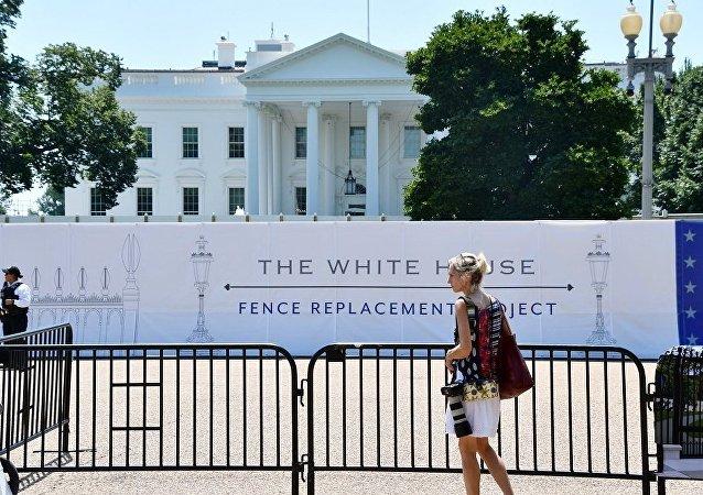 美国白宫旁枪击事件发生后一名特勤局人员和嫌犯送医救治
