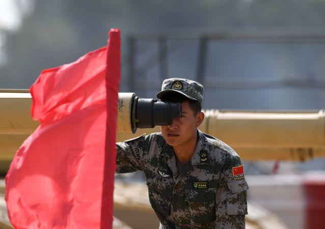 """莫斯科郊外阿拉比诺训练场""""坦克两项-2019""""国际比赛开始前,一名中国军队军人在瞄靶射击。"""