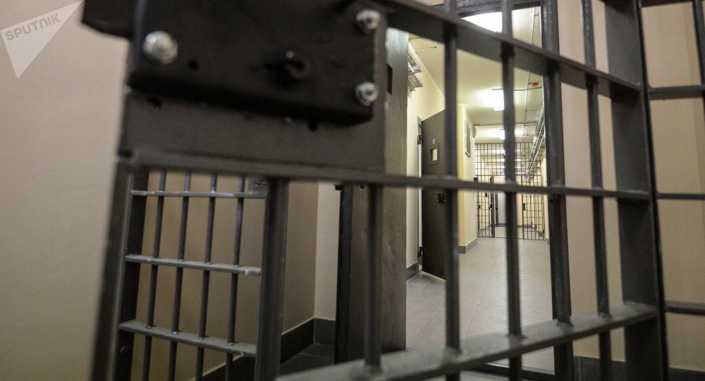 一名中国服刑人员在俄监狱教犯人学汉语