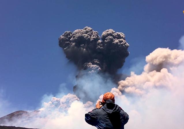 意大利埃特纳火山苏醒