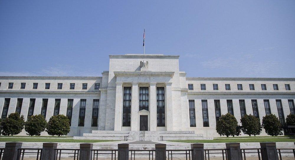 美联储十年来首次下调基准利率25个基点至2-2.25%