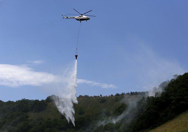 俄军米-8直升机开始执行西伯利亚灭火任务