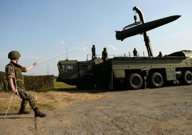 Ракетный комплекс Искандер-М во время форума Армия-2017 на Свердловском полигоне
