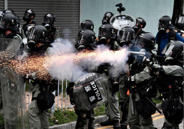 香港警方使用催泪弹驱赶示威人群