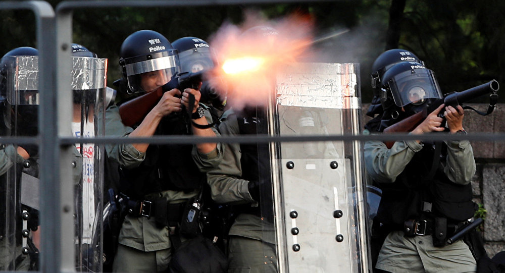 香港警方使用催泪弹驱赶万圣节这天的示威者