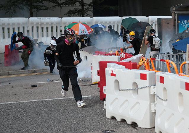 香港警方用含有催泪瓦斯的水驱散抗议者