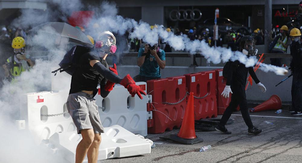媒体:抗议者用玻璃瓶和自制燃烧弹袭警