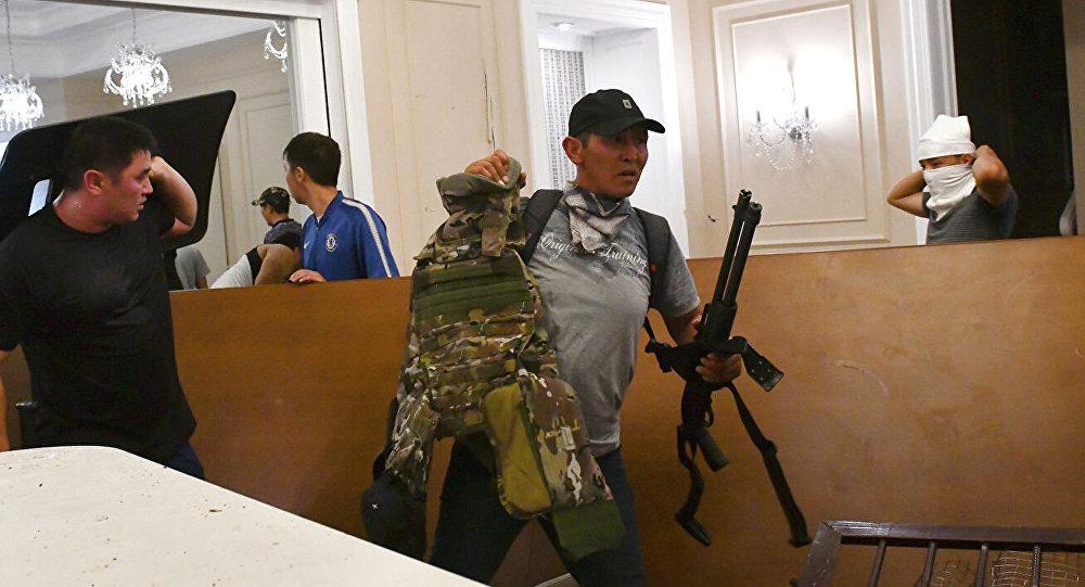 吉尔吉斯斯坦前总统亲信团队称,强力部门对阿坦巴耶夫府邸发起新一轮突袭