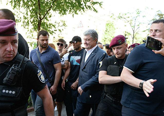 乌前总统波罗申科在基辅接受问询后遭不明人士丢鸡蛋