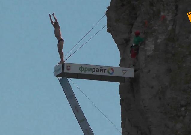 克里米亚举行国际悬崖跳水比赛