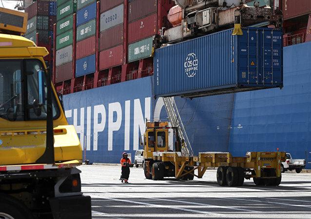 Грузовые контейнеры в торговом порту. Калифорния