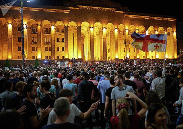 格鲁吉亚反对派在第比利斯封锁所有议会入口