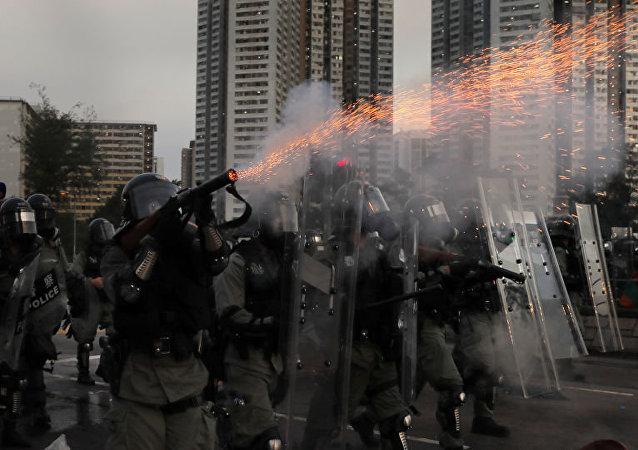 香港警方使用水炮车驱散示威者