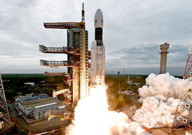 """印度成功将""""月船-2""""号探测器送入月球轨道"""