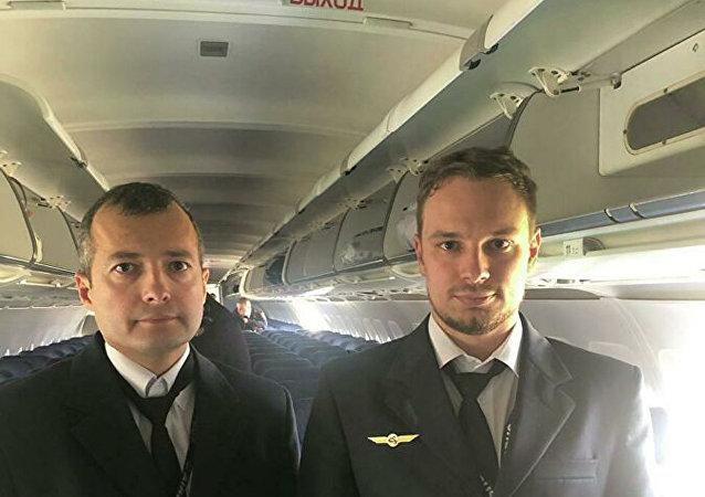 乌拉尔航空公司A321客机机长达米尔·尤苏波夫(左)和副驾驶格奥尔基∙穆尔济(右)