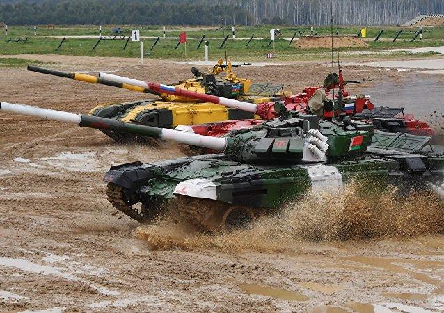 中国空降兵参赛队学习俄罗斯战车驾驶技术