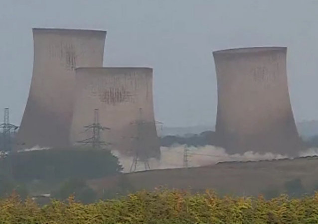 英国一座大型电厂像纸牌屋一样坍塌
