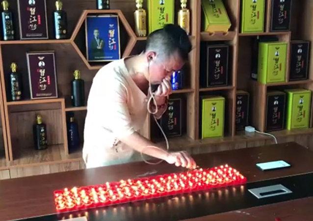 中国功夫大师用耳朵吹灭120支蜡烛