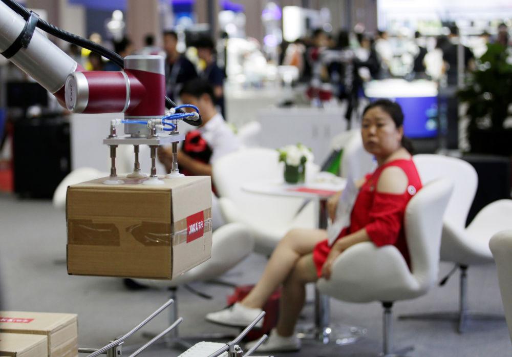 2019世界机器人大会上举起箱子的机器人Jaka。