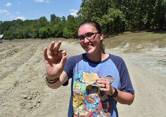 美国一女子观看寻宝教学视频后发现一颗钻石