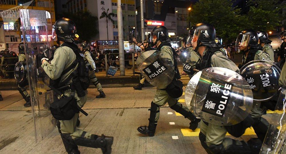 香港许多地区示威者与警察发生冲突