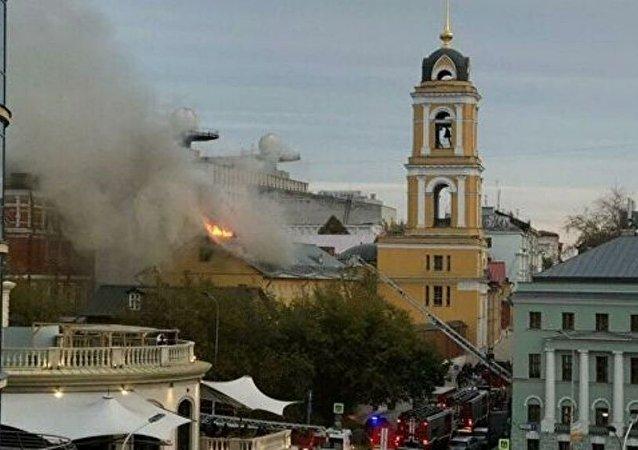 莫斯科市中心女子修道院屋顶着火 过火面积达到400平方米