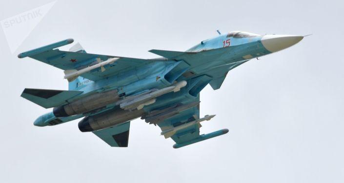 俄东部军区一架苏-24MR侦察机在日本海上空完成飞行