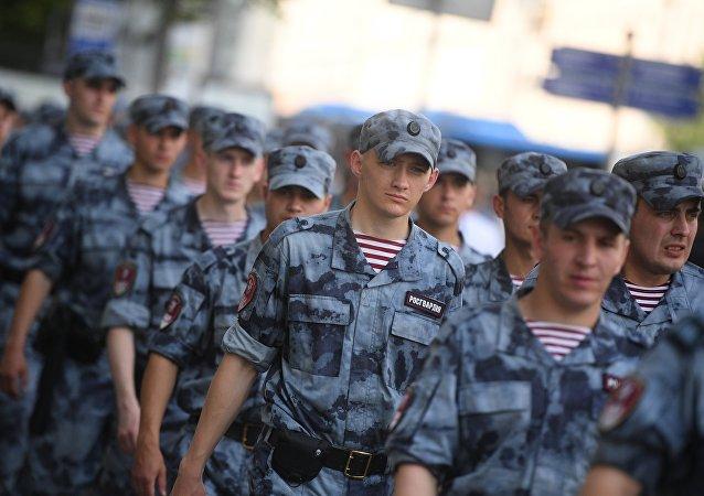 俄罗斯国家近卫军两名军人因出勤时睡觉被开除