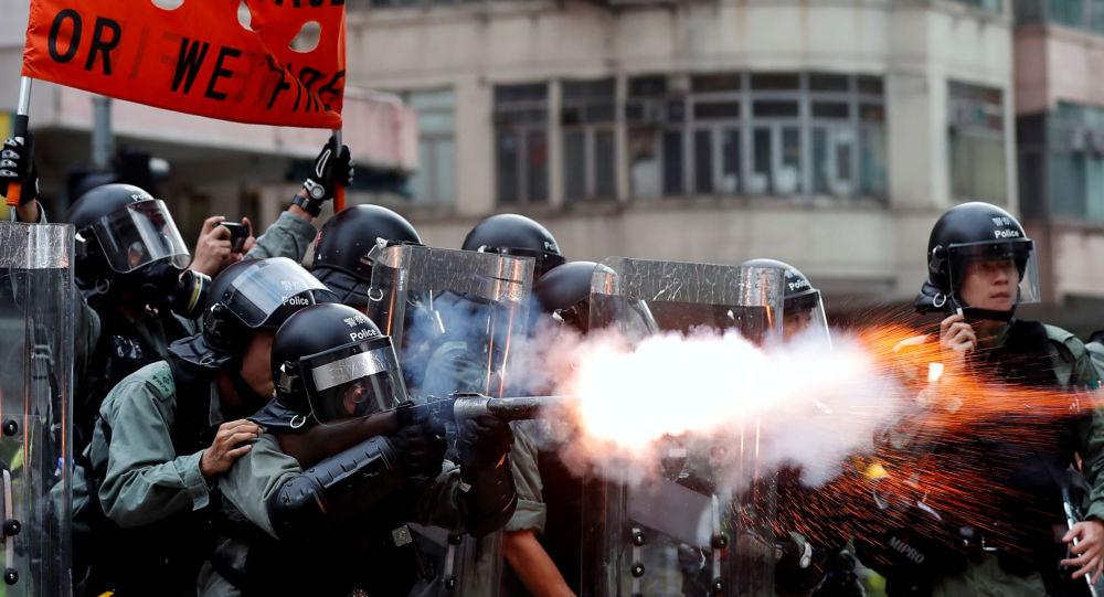 香港警方用水炮车和橡胶子弹驱赶示威者