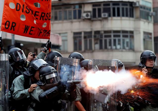 香港警方用催泪瓦斯驱散抗议者
