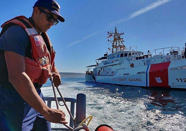 救援人员成功将在美国海岸附近翻船的Golden Ray号上所有人员救出