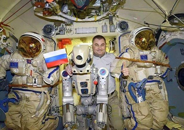 """俄罗斯宇航员奥夫齐宁和""""费奥多尔""""机器人(国际空间站)"""