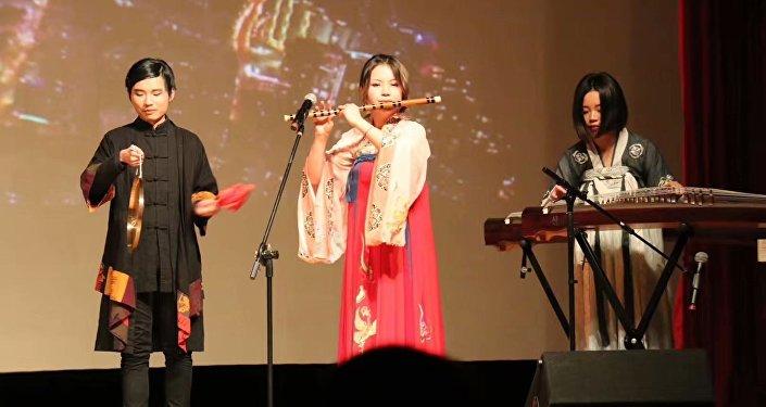 王鲁平(左)在中国驻俄使馆参加音乐会